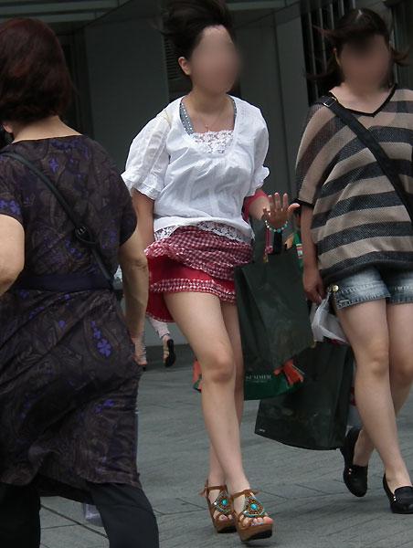神風でスカートの中が丸見えwwwww★素人パンチラエロ画像・22枚目の画像