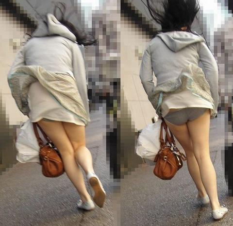 神風でスカートの中が丸見えwwwww★素人パンチラエロ画像・41枚目の画像