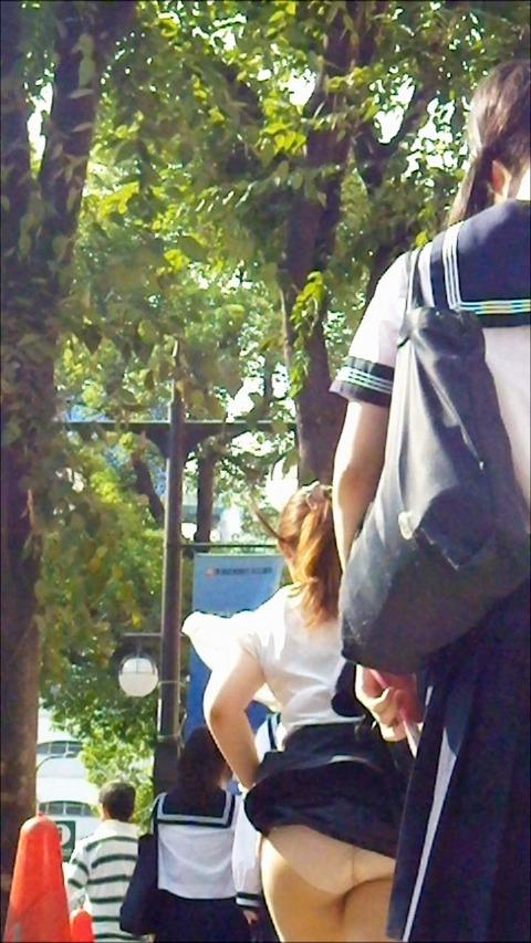 神風でスカートの中が丸見えwwwww★素人パンチラエロ画像・11枚目の画像