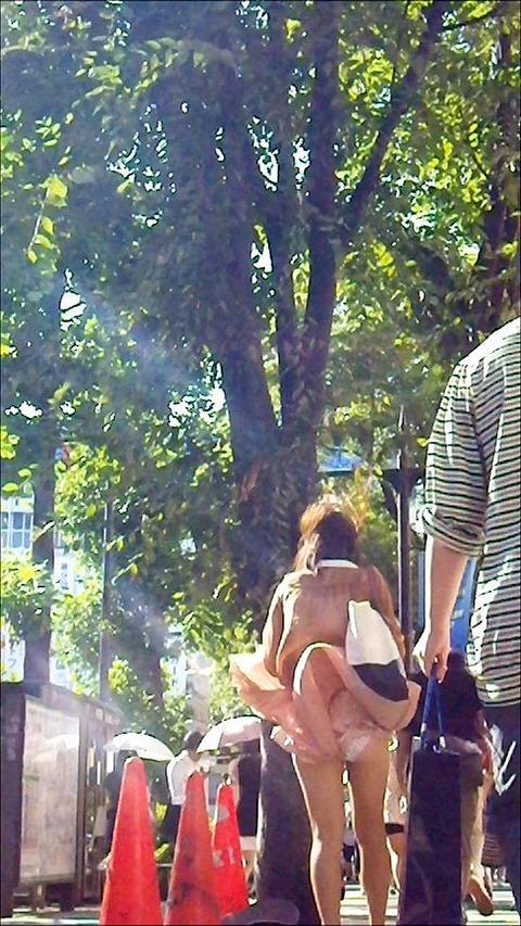 神風でスカートの中が丸見えwwwww★素人パンチラエロ画像・17枚目の画像