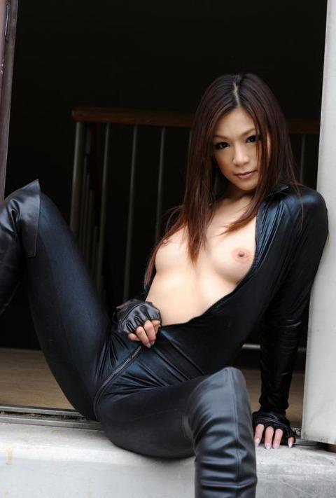 女捜査官のライダースーツと鉄砲の組み合わせが地味に良いwwww★捜査官エロ画像・9枚目の画像