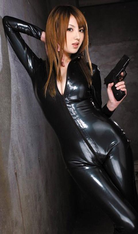 女捜査官のライダースーツと鉄砲の組み合わせが地味に良いwwww★捜査官エロ画像・36枚目の画像
