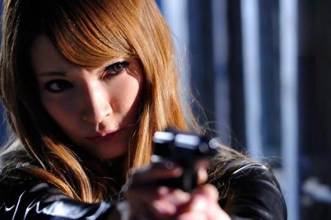 女捜査官のライダースーツと鉄砲の組み合わせが地味に良いwwww★捜査官エロ画像・15枚目の画像