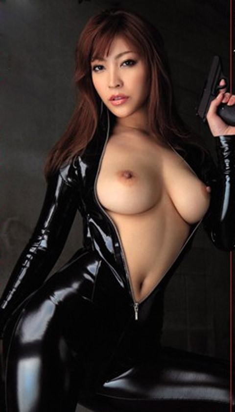 女捜査官のライダースーツと鉄砲の組み合わせが地味に良いwwww★捜査官エロ画像・17枚目の画像