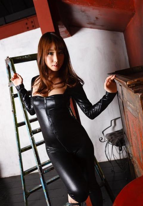 女捜査官のライダースーツと鉄砲の組み合わせが地味に良いwwww★捜査官エロ画像・14枚目の画像