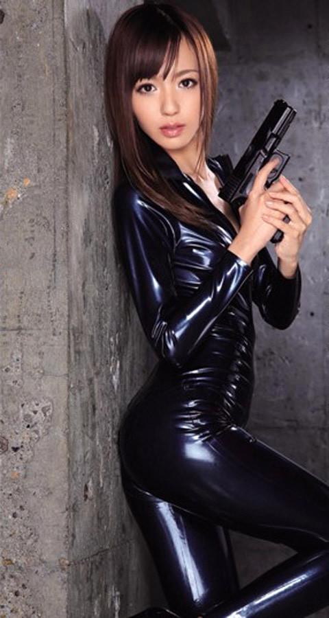 女捜査官のライダースーツと鉄砲の組み合わせが地味に良いwwww★捜査官エロ画像・7枚目の画像