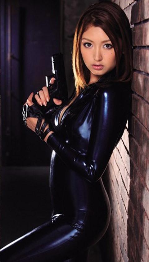 女捜査官のライダースーツと鉄砲の組み合わせが地味に良いwwww★捜査官エロ画像・8枚目の画像
