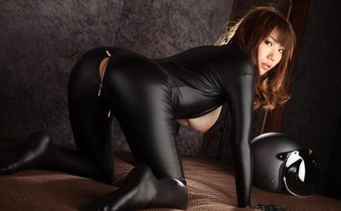 女捜査官のライダースーツと鉄砲の組み合わせが地味に良いwwww★捜査官エロ画像・6枚目の画像