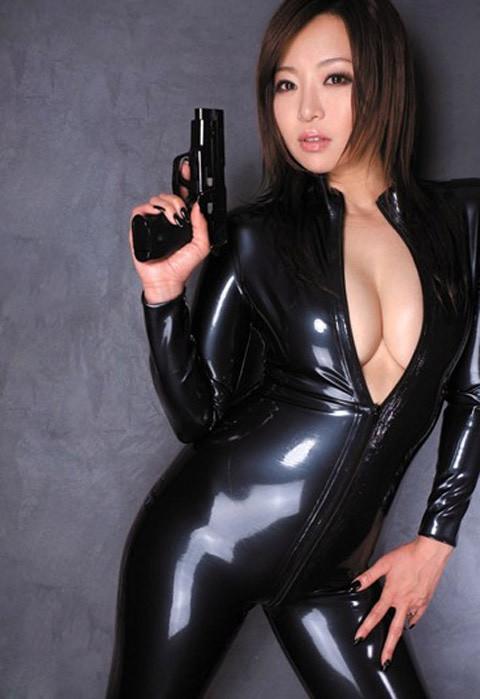 女捜査官のライダースーツと鉄砲の組み合わせが地味に良いwwww★捜査官エロ画像・37枚目の画像
