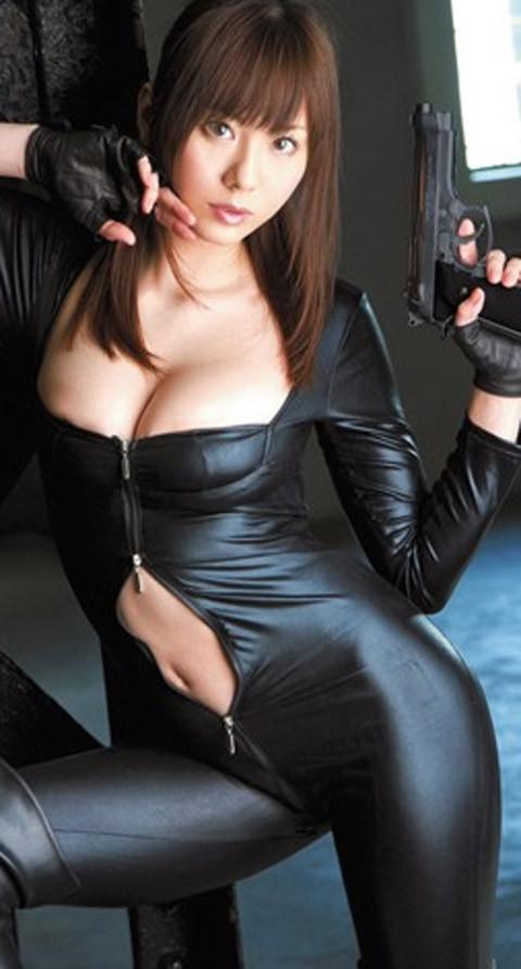女捜査官のライダースーツと鉄砲の組み合わせが地味に良いwwww★捜査官エロ画像・30枚目の画像