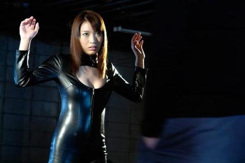 女捜査官のライダースーツと鉄砲の組み合わせが地味に良いwwww★捜査官エロ画像・27枚目の画像