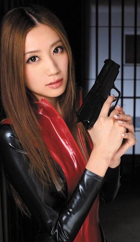 女捜査官のライダースーツと鉄砲の組み合わせが地味に良いwwww★捜査官エロ画像・31枚目の画像