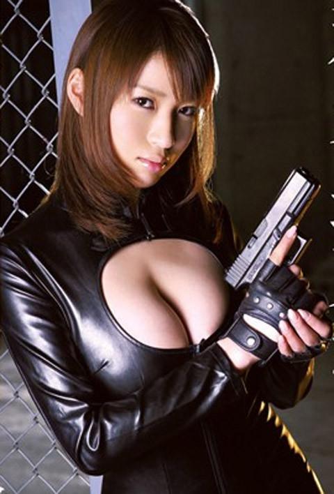 女捜査官のライダースーツと鉄砲の組み合わせが地味に良いwwww★捜査官エロ画像・20枚目の画像