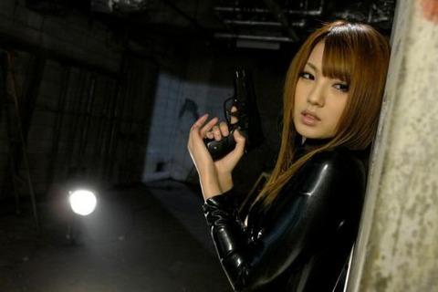 女捜査官のライダースーツと鉄砲の組み合わせが地味に良いwwww★捜査官エロ画像・10枚目の画像
