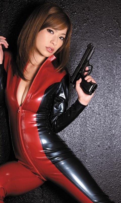 女捜査官のライダースーツと鉄砲の組み合わせが地味に良いwwww★捜査官エロ画像・40枚目の画像