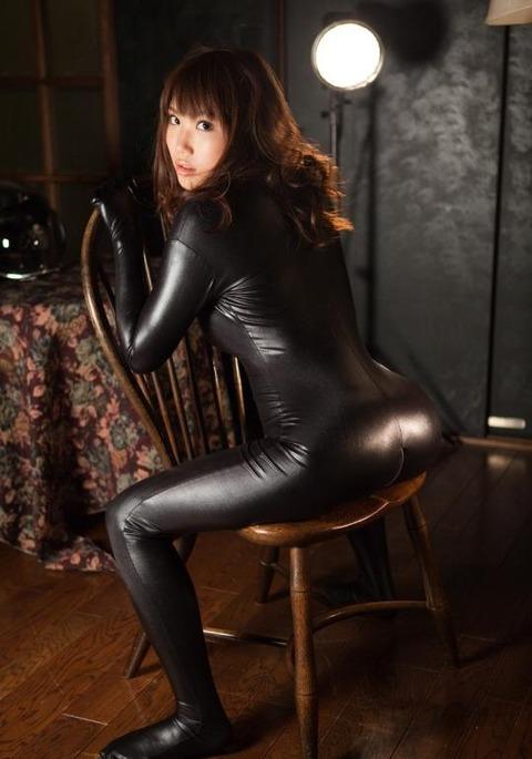 女捜査官のライダースーツと鉄砲の組み合わせが地味に良いwwww★捜査官エロ画像・29枚目の画像