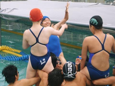 競泳水着姿の皆さん!乳首からマン筋までくっきり映っちゃってますがwwwww★競泳水着エロ画像・2枚目の画像