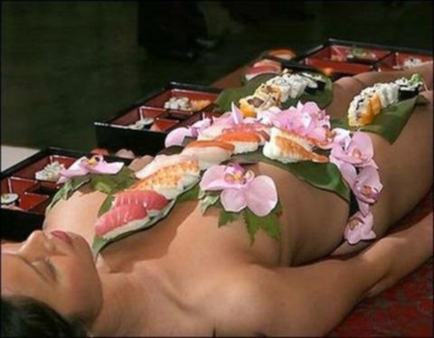 一度はやりたい女体盛りやわかめ酒★大人の遊びエロ画像・5枚目の画像