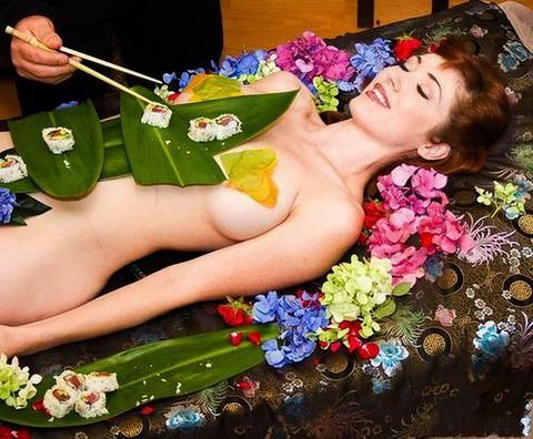 一度はやりたい女体盛りやわかめ酒★大人の遊びエロ画像・30枚目の画像