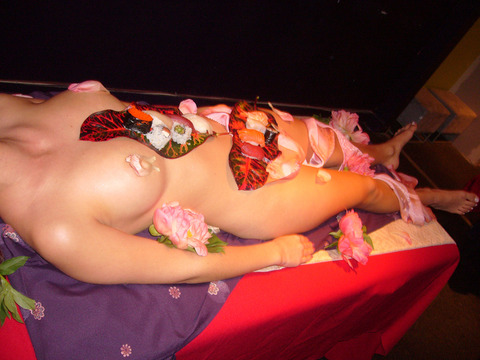 一度はやりたい女体盛りやわかめ酒★大人の遊びエロ画像・6枚目の画像