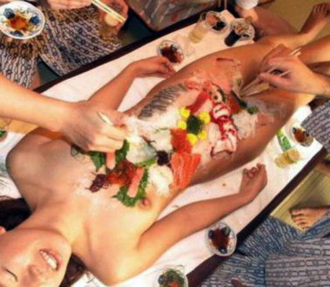 一度はやりたい女体盛りやわかめ酒★大人の遊びエロ画像・24枚目の画像