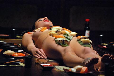 一度はやりたい女体盛りやわかめ酒★大人の遊びエロ画像・8枚目の画像
