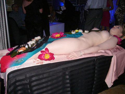 一度はやりたい女体盛りやわかめ酒★大人の遊びエロ画像・15枚目の画像