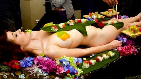 一度はやりたい女体盛りやわかめ酒★大人の遊びエロ画像・3枚目の画像