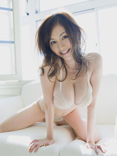 【新春】Gカップの驚異!!過激すぎる杉原杏璃のグラビア画像wwこれガチでエロい・41枚目の画像