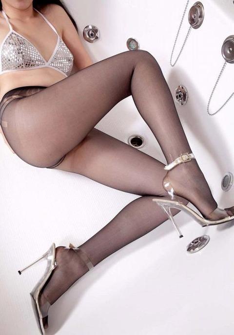 足コキされたら3秒でイキそうな美脚に黒ストを履かせてみた結果wwww★黒ストエロ画像・16枚目の画像