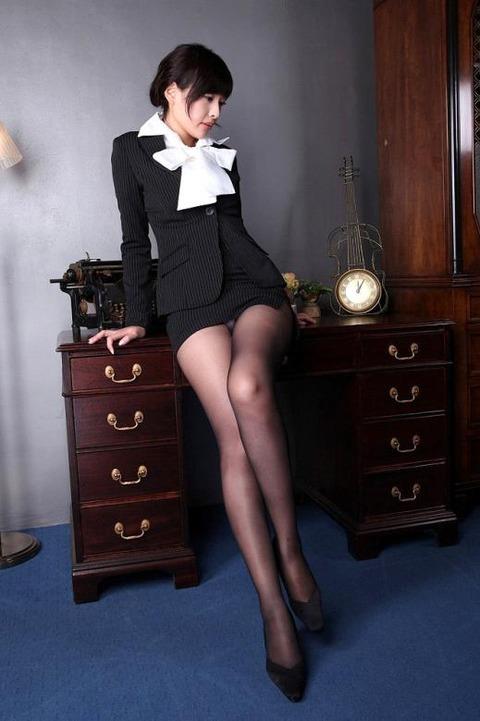 足コキされたら3秒でイキそうな美脚に黒ストを履かせてみた結果wwww★黒ストエロ画像・20枚目の画像