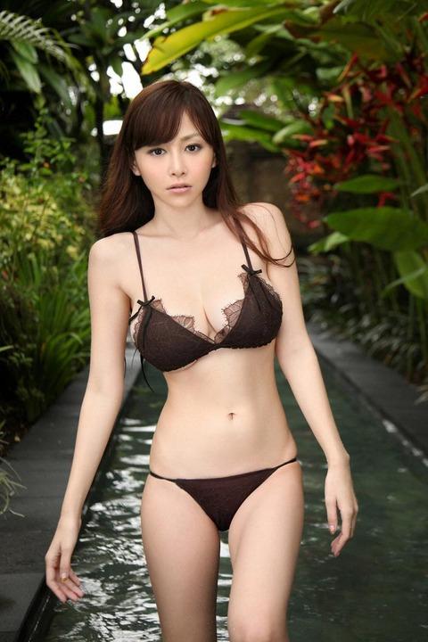 【新春】黒いランジェリー姿がたまらんwww ランジェリー姿いっぱい杉原杏璃のグラビア画像・20枚目の画像