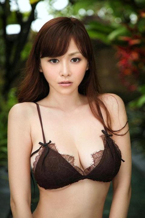 【新春】黒いランジェリー姿がたまらんwww ランジェリー姿いっぱい杉原杏璃のグラビア画像・24枚目の画像