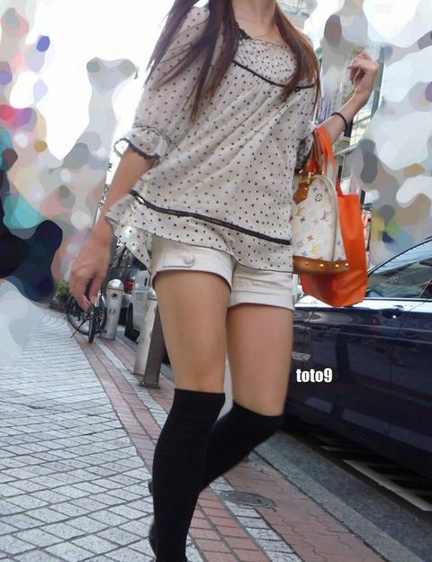 街のニーソ姿の半生脚素人を街撮りwwwww★ニーソエロ画像・29枚目の画像