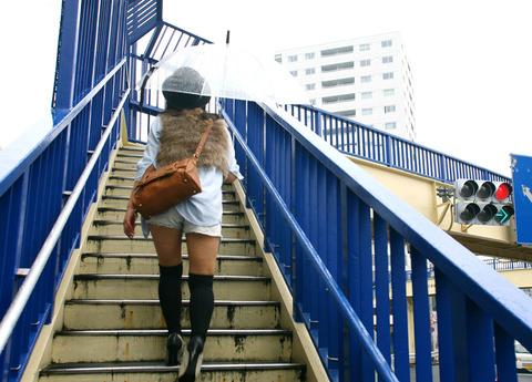 街のニーソ姿の半生脚素人を街撮りwwwww★ニーソエロ画像・19枚目の画像
