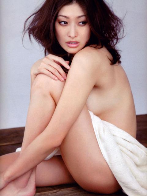 山田優セミヌード★生ヘソと生横乳エロすwwww・1枚目の画像