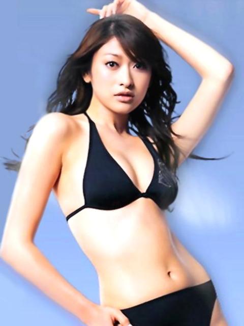 山田優セミヌード★生ヘソと生横乳エロすwwww・15枚目の画像