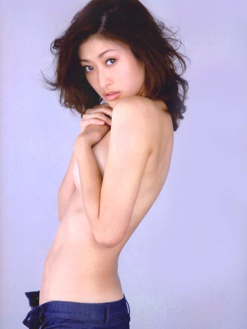 山田優セミヌード★生ヘソと生横乳エロすwwww・20枚目の画像