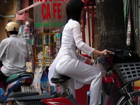 アオザイとかいうベトナムの民族衣装がクッソエロいwwwwww★民族衣装エロ画像・10枚目の画像