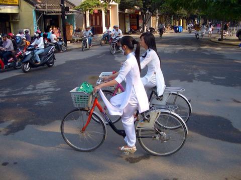 アオザイとかいうベトナムの民族衣装がクッソエロいwwwwww★民族衣装エロ画像・11枚目の画像