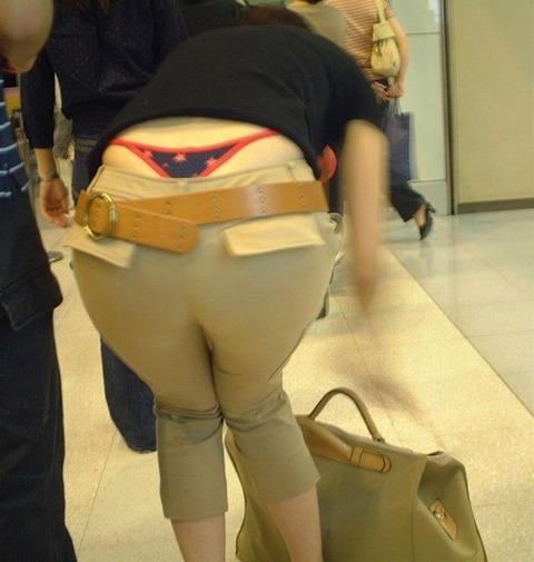 気抜きすぎwwww 街で見かけた気を抜いてパンツだ半ケツを見せてくれる素人エロ画像・17枚目の画像
