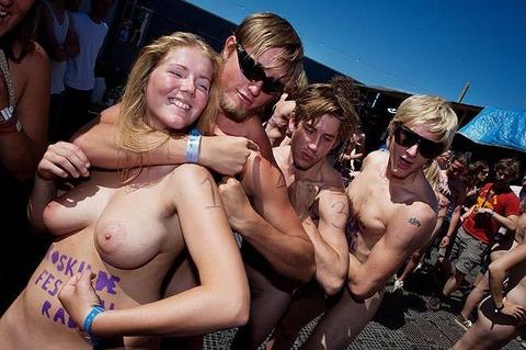 祭りやフェスでテンションあがって脱ぎだす外人wwwwww★外国人エロ画像・26枚目の画像