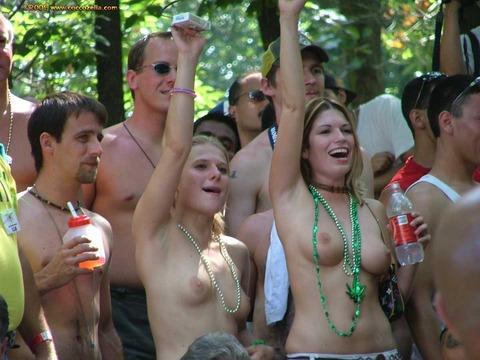 祭りやフェスでテンションあがって脱ぎだす外人wwwwww★外国人エロ画像・34枚目の画像