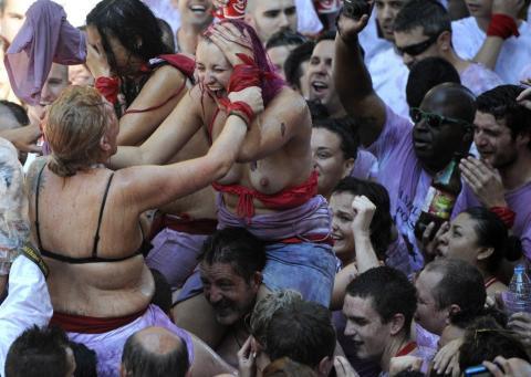 祭りやフェスでテンションあがって脱ぎだす外人wwwwww★外国人エロ画像・29枚目の画像
