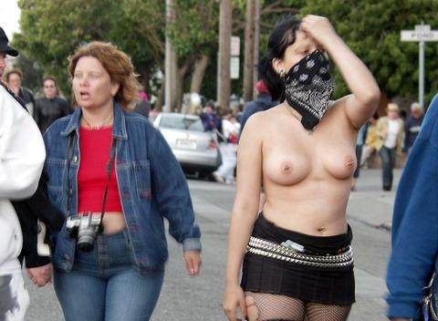 祭りやフェスでテンションあがって脱ぎだす外人wwwwww★外国人エロ画像・18枚目の画像