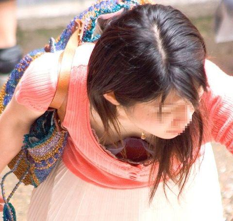 ゆるめの胸元や股間が魅力な子連れママを盗撮wwwwww★素人エロ画像・18枚目の画像