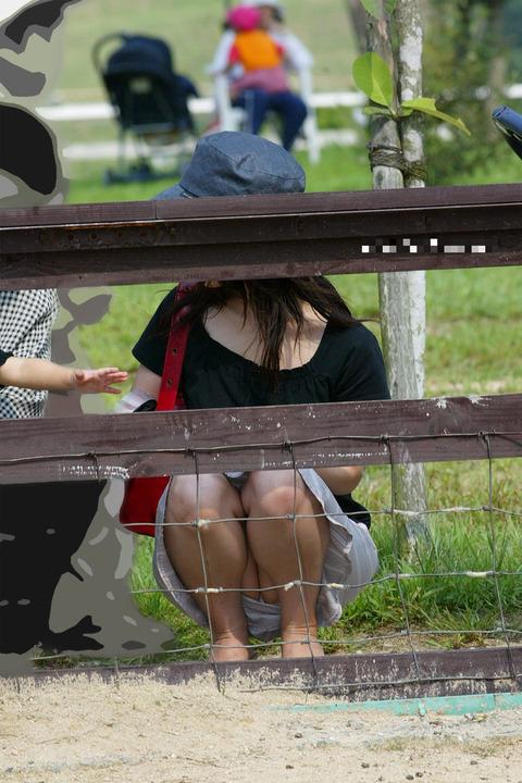 ゆるめの胸元や股間が魅力な子連れママを盗撮wwwwww★素人エロ画像・8枚目の画像