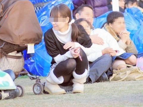 ゆるめの胸元や股間が魅力な子連れママを盗撮wwwwww★素人エロ画像・34枚目の画像