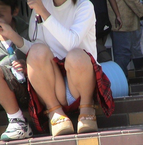 ゆるめの胸元や股間が魅力な子連れママを盗撮wwwwww★素人エロ画像・10枚目の画像