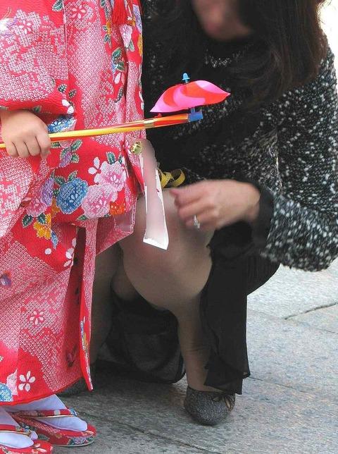 ゆるめの胸元や股間が魅力な子連れママを盗撮wwwwww★素人エロ画像・29枚目の画像